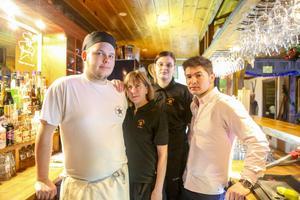 Ny och gammal personal, från vänster Christoffer Elmhammar, kock, Piarina Sundberg och Therese Björklund och så Mahmut Öztürk som nu driver restaurang Trapper och också är köksmästare.