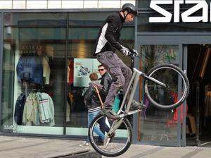 När jag besökte Västerås centrum började plötsligt en man cykla upp och nedför bänkarna utanför Centra. Det var rena akrobatiken och eftersom min kamera alltid hänger med, kunde jag ta en serie bilder. Här är en av dem.