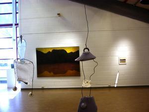 Hågna. Framför Dag Franzéns målning flyger Kerstin Bergmans Skyddsänglar i glas och tråd.