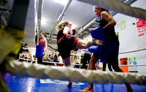 Linda Bergelin (mitten) har fått mindre problem med sina höfter sedan hon började med thaiboxning.