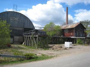 farligt område. Hyvleri (till vänster), såghus (till höger) och plats för blånadsskyddsbehandling (på bryggan intill såghuset) vid Frankssons såg i Ockelbo.