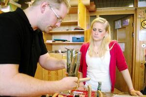 Alexandra Zackrisson blir instruerad av slöjdläraren Håkan Hellblom. Foto: Sandra Högman
