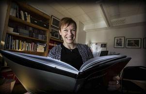 Mira Helenius Martinson presenterar boken om Norrdans, en del av ¨årets jubileumsfirande.