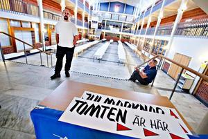 Tobias Rosén (till vänster) och Mike Davenport gjorde i ordning Polhemsskolans ljussal i går. I dag är det dags för den årliga bytesmarknaden som Friluftsfrämjandet anordnar.