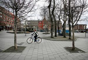April 2006.       Redan hösten 2004 började ett nytt projekt kring utformningen av Stortorget och 2005 fick arkitekten Vesa Honkonen i uppdrag att rita ett gyllene torg. 2006 lades byggplanen och 2007 klubbades förslaget. 2008, direkt efter Storsjöyran, började ombyggnaden. 23 oktober 2009 invigdes torget och slutnotan hamnade på 39 miljoner kronor.