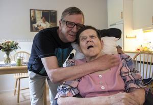 Sten-Olof och Cherstin betygar sin kärlek till varandra och har efter 35 år blivit äkta makar. Vigselakten skedde på Granbackens äldreboende där Cherstin bor.
