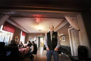 – Det är en viktig princip att Värmestugan är öppen för alla, säger Allan Öhvall, en av två anställda.