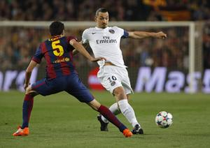 Paris SG:s Zlatan Ibrahimovic försöker ta sig förbi Barcelonas Sergio Busquets.