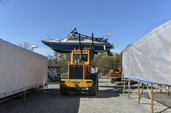 Vid sjösättniMånga fritidsbåtar sjösattes i det soliga försommarvädret på lördagen. Heleneborgs Båtklubb i Långholmskanalen var en av dom.Foto: Anders Wiklund / TT / kod 10040