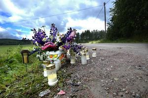 Ljus. På platsen för den tragiska olyckan har sörjande lämnat blommor och ljus. Foto: Staffan Westerlund