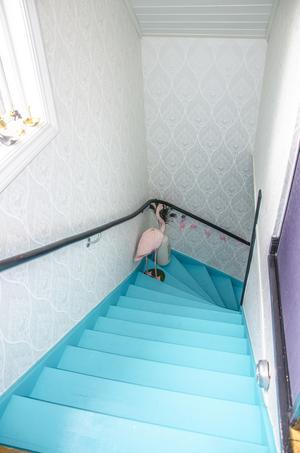 Trappan har målats om i nästan regnbågens alla färger. När andan faller på, ja då målas trappen!