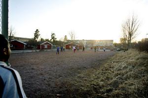 Invandrarkillar spelar fotboll på planen på Västerhöjden.