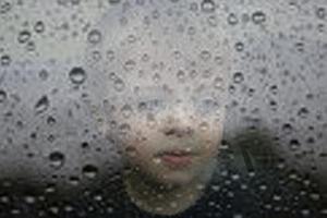 Jag har tråååkigt! Sorry, det var vi som lade till det till bilden på fotografens son som tittar ut på tråkvädret.