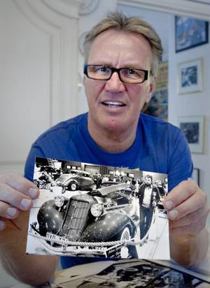 Charlie Östlund visar en bild på favoritbilen genom åren, en Auburn Speedster. De gamla utställningskatalogerna innehåller över 3000 fordon, men en del har återkommit. Ungefär 2500 olika har visats upp.