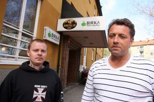 Varför frågar ni inte oss. Vi vet hur viktigt Birka är, säger Andreas Larsson, drogfri sedan tre år, och Kjell Ljunggren, drogfri sedan sex månader – tack vare Birka Halvvägshus som nu är nedläggningshotat.