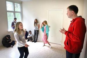 Med hjälp av improvisation och gamla klassiska sagor får de sammanlagt 18 barnen prova på att spela teater på bygdegården i Väster Övsjö, under ledning av Marcus Källström.