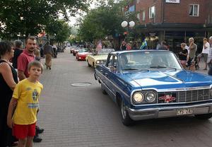 Amerikanare i ett långt led på gågatan i Söderhamn