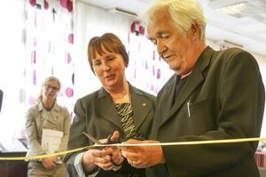 Härjedalens kommunalråd, Gunilla Zetterström Bäcke, invigde kulturcentret tillsammans med Henning Mankell.