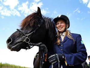 I helgen anordnar Kraftur nationell Islandshästtävling och en av dem som höll sig väl framme var Young Rider-ryttaren Johanna Berg från Bergsjö. Hon och hennes Svartur vom Hochwald har bara tävlat i töltgrenen T2 en gång tidigare – men lyckades ändå vinna klassen T2U i går.