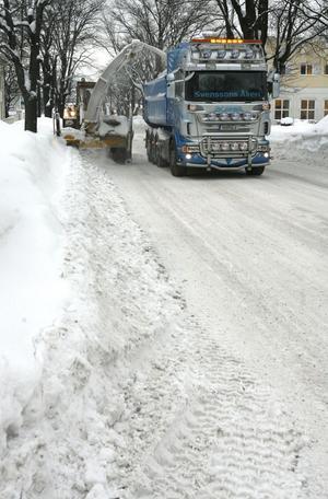 Snöröjarna kämpar en ojämn kamp. Det finns ingen plats att göra av snöns längre. Snöhögarna växer.