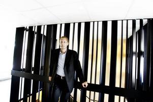 TUFF START. Göran Isberg får en tuff start på nya jobbet som skolchef i Sandviken. Första arbetsuppgiften för blir att verkställa varslet av  100 anställda vid förskolor och skolor. Därefter förväntas han leda arbetet med att göra någonting åt de dåliga betygen.
