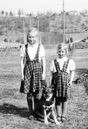 Mona Öberg till höger tillsammans med storasyster Britta och familjens hund Lappo i Näsåker.