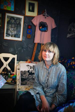 Agnes Horneij har ingen ateljé utan målar hemma i sin lägenhet i Odensala.