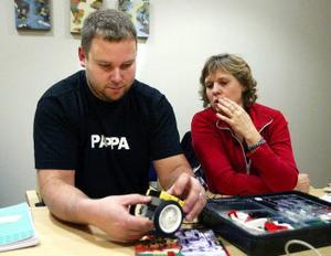 Bengt Ahnlund, Ånge, förser en liten microprocessor i lego med hjul medan det kliar i Kerstin Ekmans fingrar.