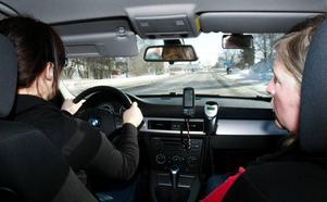 En koncentrerad Karin Blom får instruktioner och tips under färden från körskolläraren Anita Löfgren.