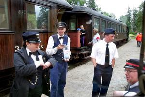 Prydlig klädsel. All personal är självklart ordentligt uniformerad. Här duger det inte med röda t-tröjor och fjällrävenkläder som hos en viss modern tågoperatör... Foto:Gunne Ramberg