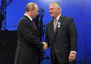 Donald Trump vill ha oljedirektören och Putinvännen Rex Tillerson som utrikesminister. Här får Tillerson en medalj av president Putin.