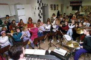 Musik ska byggas av glädje. Vi vill bland annat öppna för valfrihet för de barn och ungdomar som ska lära sig spela instrument, skriver debattörerna. (Barnen på bilden har inget samband med artikeln)