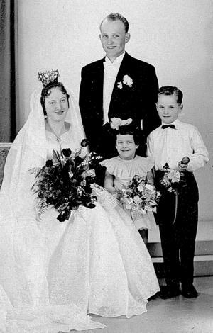 Gunborg, född Norén, och Åke Norgren tillsammans med brudnäbbarna Marita Runfors och Jonny Norgren.