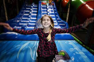 Alma Åkerlund, 11 år, njuter i fulla drag av lektestet som utfördes på Sandvikens nya lekland som öppnar i dag.