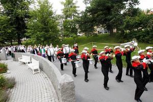 Marsch mot match. Festdeltagarna tågade bakom trumorkestern mot Strömvallen.