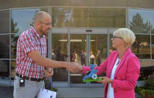 Platschef Rikard Rönn överlämnade en drake som gåva till arbetsmarknadsminister Elisabeth Svantesson.