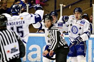 Nyförvärvet Jacob Blomqvist placerades som center i fjärdekedjan när Leksand mötte Borås. Det fick Tommy Salo att se rött.
