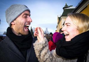 Per Söderberg från Falun matades med Dijonsenap med extra sting i av flickvännen Emma Bergdahl från Stockholm.