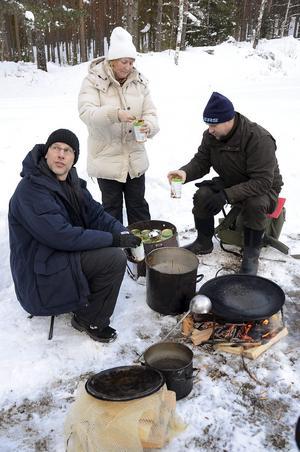 Niklas Gryth, Gunilla Roman och Mika Harju fixar mat.