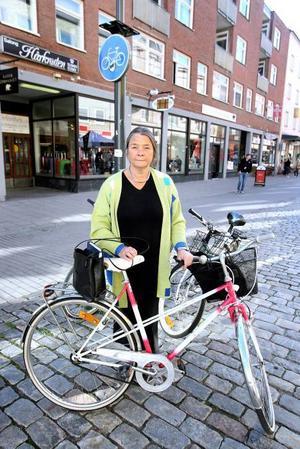 Bra lösning. Ann-Marie Björk tycker att det är lite besvärligt att ta sig igenom centrala Gävle genom att cykla Drottninggatan. Att göra Kyrkogatan till cykelstråk tror hon är en bra lösning.