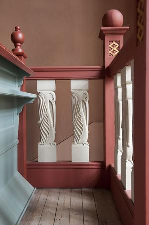 Balusterdockor dekorativt utformade som stiliserade fåglar i trappan till läktaren i Garpenbergs kyrka.