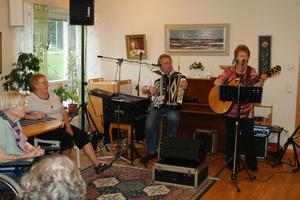 Sång och musik. Henry Widén och Lillemor Johansson roade de äldre med välkända och klassiska sånger.