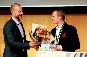 Peter Fellman, chefredaktör Dagens Industri, överlämnar tidningens gasellpris för Dalarna till Fredrik Eriksson, El & Entreprenadsupport, Avesta.