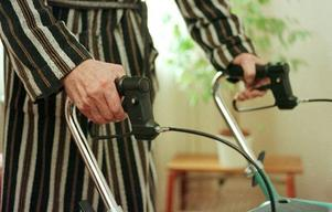 Vi uppmanar dig med demenssjukdom och anhöriga att omgående kontakta er biståndshandläggare för att få era insatser utredda enligt LSS, skriver debattörerna.
