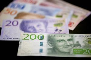 De nya 200-kronorssedlarna ska börja distribueras den 1 oktober. Men de kommer i år bara att finnas i vissa testbankomater på ett 30-tal orter.