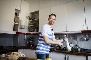 Poff! Johan och Birgits ginger beer sprutar över hela köket.