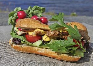 En välmatad smörgås med rikt inslag av grönt smakar gott på tidiga vårutflykten.