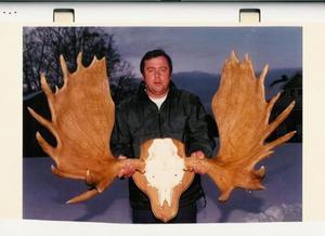 Den här älgen fälldes 1994 av Per-Erik Estensson Orrviken och är fortfarande jämtlands största älgkrona som är skjuten under jakt. Vid första mätningen höll det 409 poäng.Efter torktid och officiell mätning blev det 379.3p