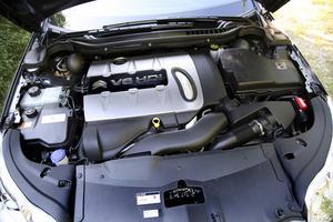 Under huven en V6-diesel i världsklass när det gäller prestanda och, framför allt, ljudkomfort.