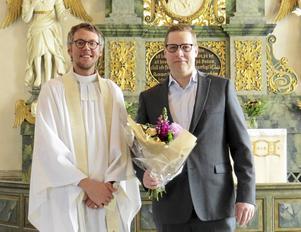 Kyrkogårds- och fastighetsschef Jöran Lindström, till höger, avtackades av kyrkoherde Kalle Bengtz.